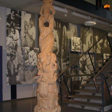 Märchenfiguren aus dem Daetz-Centrum 15: Maori-Stele